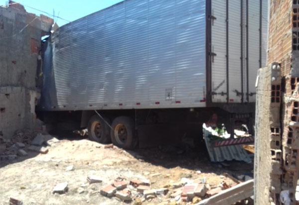 Ituaçu: caminhão desgovernado atinge lava jato, carros e prédio; três pessoas ficaram feridas