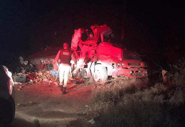 BA-148: Motorista fica ferido após caminhão tombar na Serra das Almas