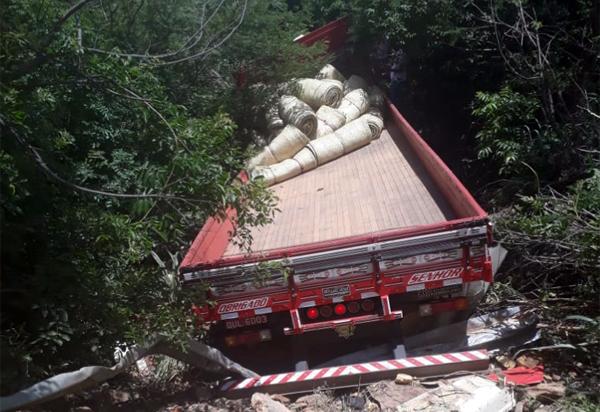 Caminhão carregado de lonas caiu em ribanceira na BA-148