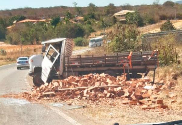 Brumado: Caminhão carregado de blocos tombou na 'Curva do Cinco'