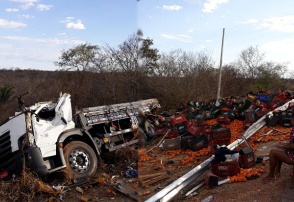 Caminhão carregado com frutas tombou em curva da BR-030, em Caetité