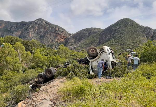 Caminhão carregado com manga tombou na Serra das Almas, em Livramento