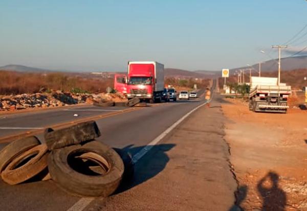 Brumado: Caminhoneiros bloqueiam BA-262 e BR-030