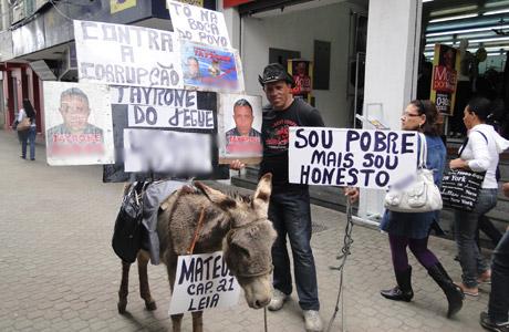 CONQUISTA: CANDIDATO PEDE VOTO COM JEGUE