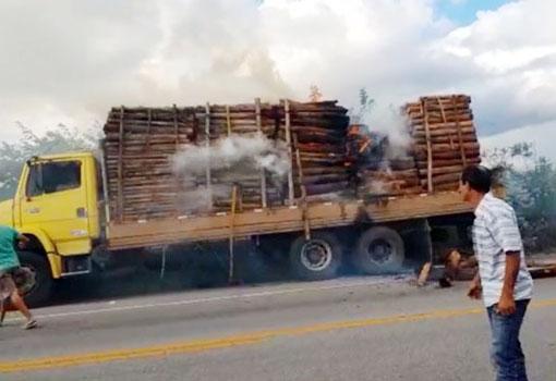 Carga de eucalipto transportada por caminhão pega fogo na BA-262