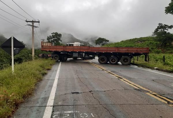 Carreta quebra e interdita BA-148, trecho da Serra das Almas, em Rio de Contas