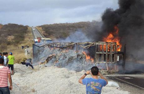 Aracatu: Carreta carregada com sementes de algodão pega fogo