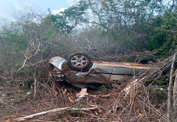 Carro capota e duas pessoas ficam feridas no trecho entre Ibitira e Caetité