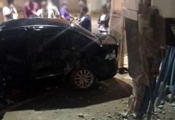 Carro colidiu contra parede de imóvel no centro de Livramento