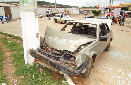 Brumado: Passageiro puxa volante e carro bate em poste