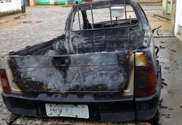 Carro fica completamente destruído após ser incendiado em Presidente Jânio Quadros