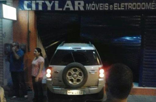 Brumado: Carro conduzido por motorista embriagado invade loja no centro