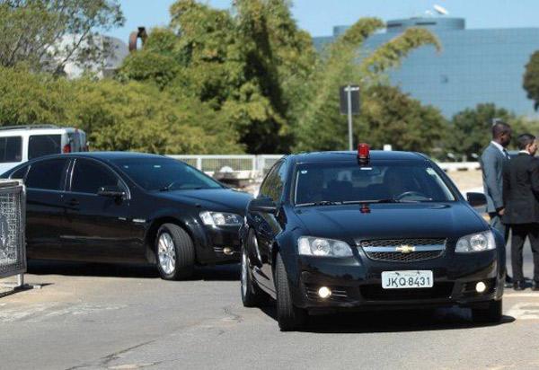 Governo Federal vai comprar carros que resistem a disparos de submetralhadora para escolta de Jair Bolsonaro