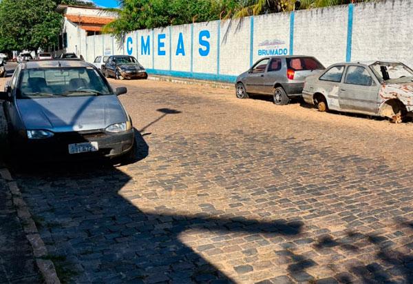 Brumado: Vereador Beto Bonelly solicita retirada dos veículos que estão na rua do Hospital