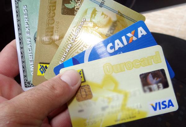 Quatro em cada dez brasileiros recorreram ao cartão de crédito em fevereiro para fazer compras