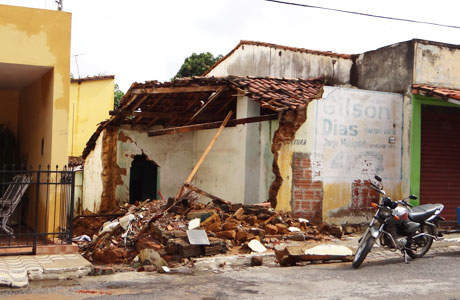 Brumado: Após chuva desta sexta-feira, 20, casa desaba no centro
