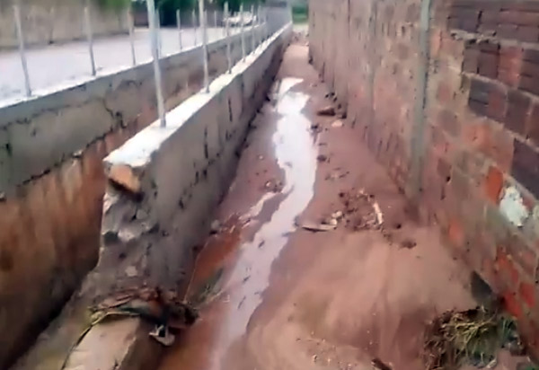 Brumado: Prefeito envia ao Legislativo projeto para permutar terreno e construir outra moradia para homem que teve casa invadida pela água das chuvas no Bairro São José