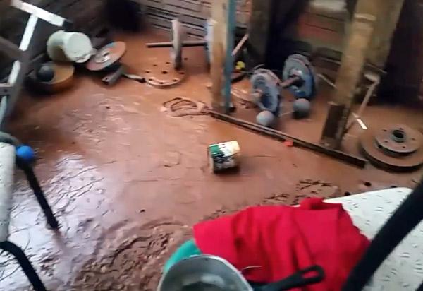 Correnteza invade casa e carro de morador do Bairro São José; ele culpa obra da prefeitura de canalização