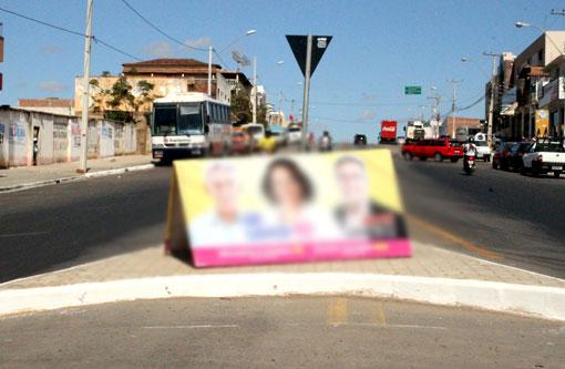 Cavaletes com propaganda eleitoral ocupam calçadas em Brumado