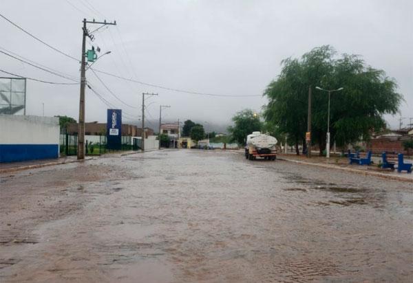 Após dias de intenso calor, chove em Brumado