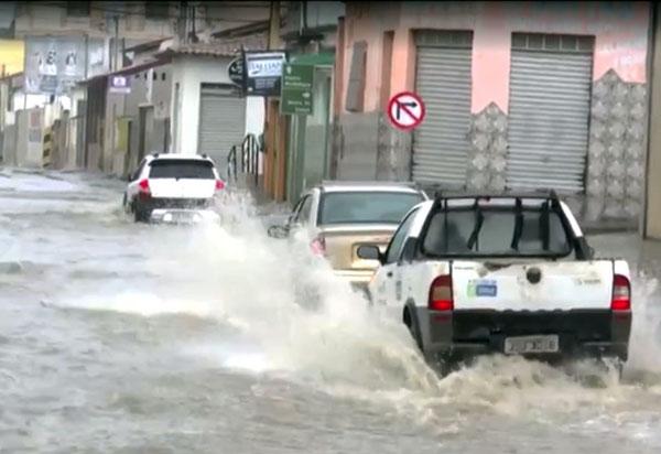 Temporal deixa ruas alagadas e água invade casas em Vitória da Conquista