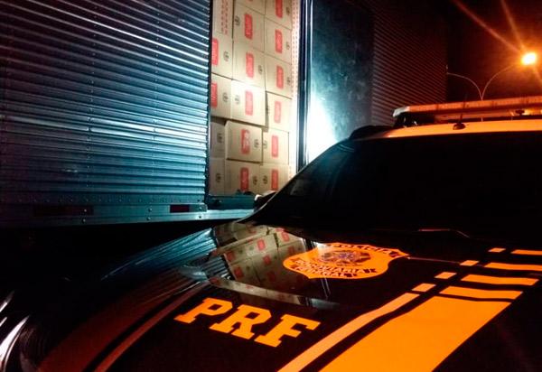 PRF apreende carga de cigarros avaliada em 1 milhão de reais escondidos em caminhão em Jequié (BA)