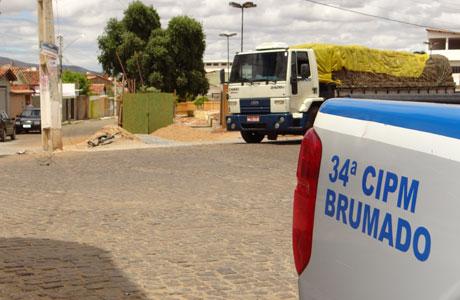 Brumado: Caminhão colide com poste na Praça Heráclito Cardoso