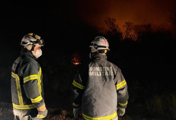 Guarnições do 17º GBM, com apoio de brigadistas  civis e voluntários, atuam para controlar incêndio que atinge área de vegetação em Ibotirama