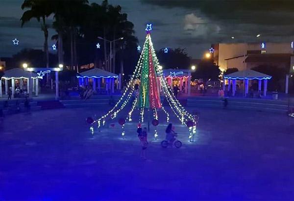 Brumado: visite a decoração natalina sustentável na Praça da Prefeitura