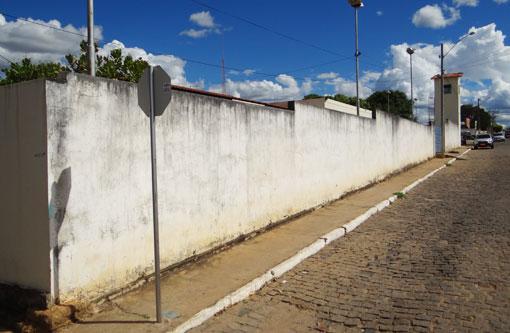 Brumado: Menores são detido tentando jogar drogas para presos em delegacia