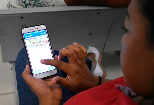 Exposição contínua à tela de computadores, celulares e tablets pode afetar crianças e jovens