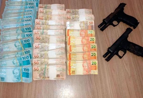 R$ 236 mil e armas encontrados com suspeitos de ataques a banco