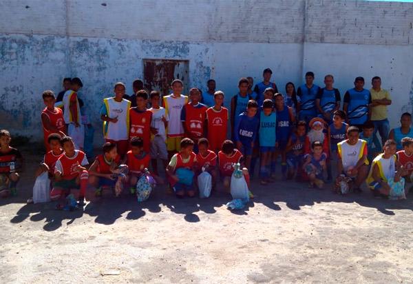Brumado: Escolinha de Futebol LUSAC distribuiu brinquedos para crianças carentes