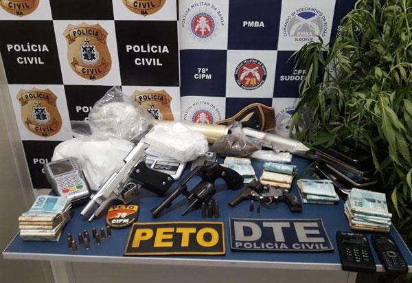Conquista: R$ 34 mil, armas e drogas apreendidos com mãe e filho