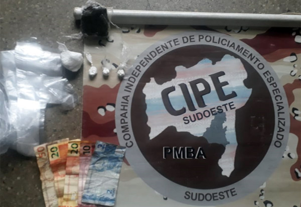 Brumado: mulher suspeita de tráfico de drogas é detida no Bairro Baraúnas