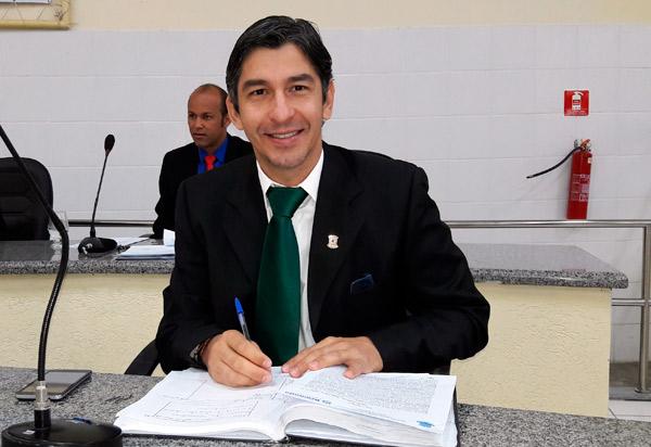 Brumado: Em ofício, prefeito informa que vereador Dudu Vasconcelos continuará em tratamento; ele sugere que seja convocado o suplente Girson Ledo