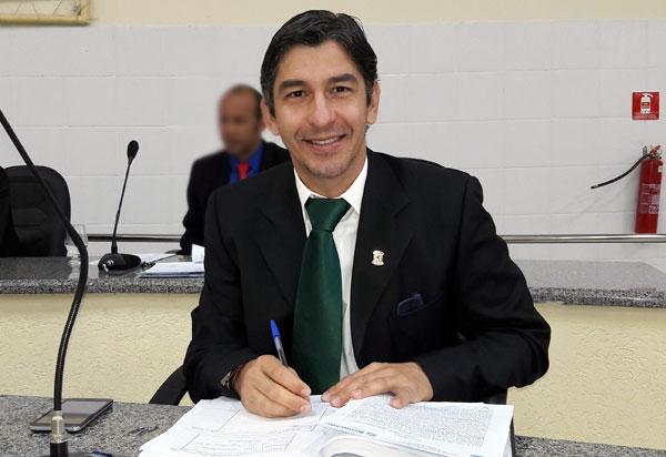 Após decisão judicial, vereador Dudu Vasconcelos toma posse no Legislativo Brumadense