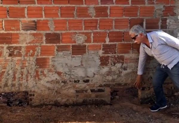 Brumado: em visita ao Bairro Baraúnas após as chuvas, prefeito Eduardo Vasconcelos diz que casas invadidas por água 'são erros do passado, que estão aflorando agora'