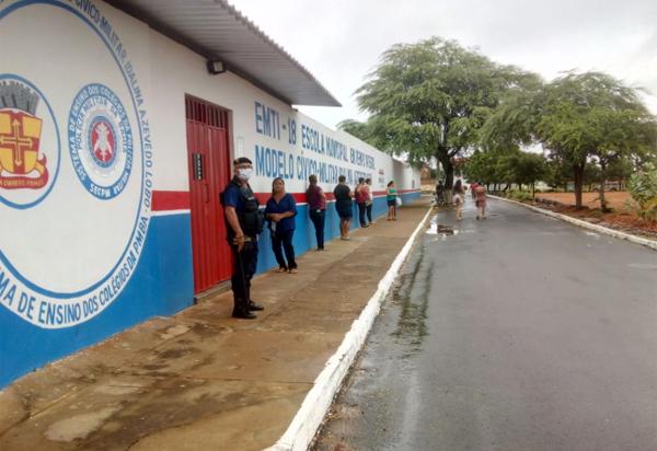 Brumado: famílias de alunos matriculados na rede municipal de ensino começam a receber cestas básicas