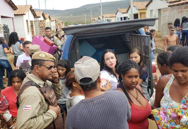 Ituaçu: Polícia Militar e alunos de escola municipal entregam brinquedos e alimentos arrecadados à pessoas carentes
