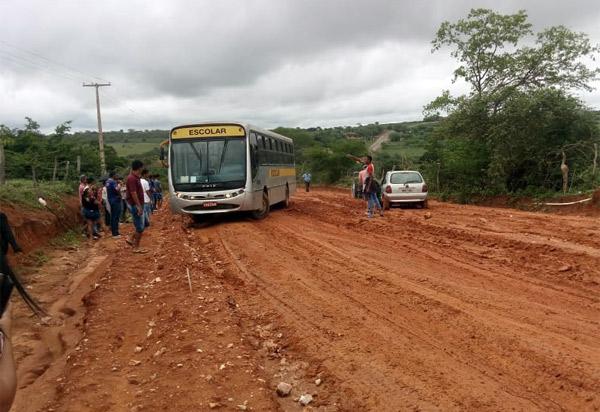 Moradores da comunidade de Ubiraçaba solicitam do poder público reparos em estrada; após as chuvas trechos ficaram intransitáveis