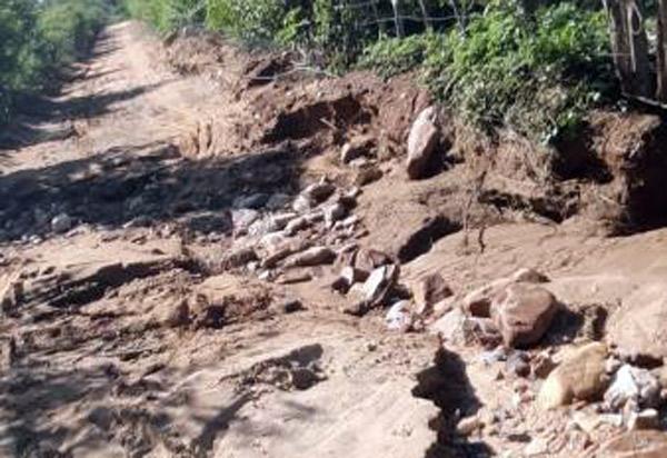 Lagoa transborda devido as fortes chuvas e percurso de van escolar precisa ser alterado em Dom Basílio