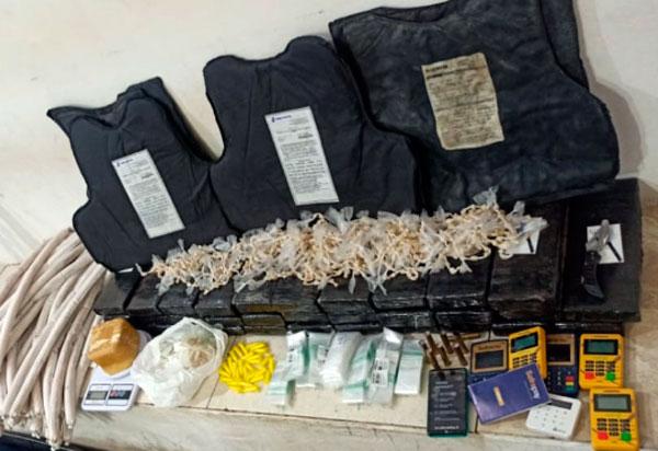 Conquista: Explosivos e 32 kg de maconha são localizados em imóvel