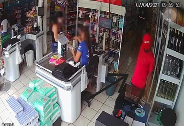 Brumado: Homem acusado de furto de celulares no centro comercial é preso