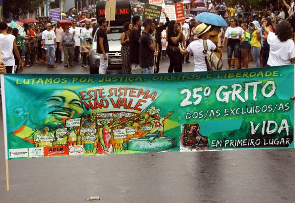 Brumado: Grito dos Excluídos participou do desfile cívico com o tema 'Este sistema não vale'