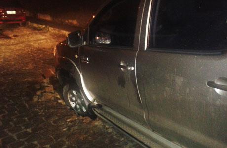 Brumado: Carro de médico cai em buraco aberto pela chuva