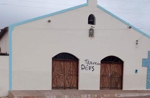 Licínio de Almeida: Igreja é pichada com as palavras 'Traveco Deus'