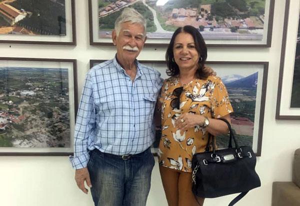 Brumado: vereadora Ilka Abreu participa do ato de assinatura das ordens de serviços para obras de pavimentação