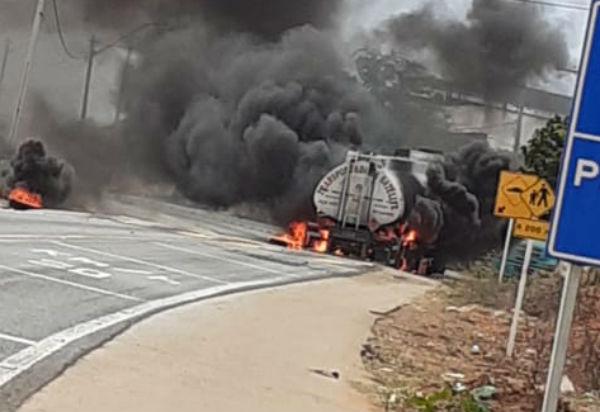 Carreta carregada com combustível pega fogo na BR-030, em Ibitira