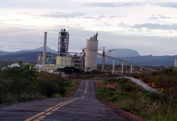 Pessoas de Ituaçu que trabalhavam na fábrica de cimento fechada desde 2016 ainda não receberam direitos trabalhistas